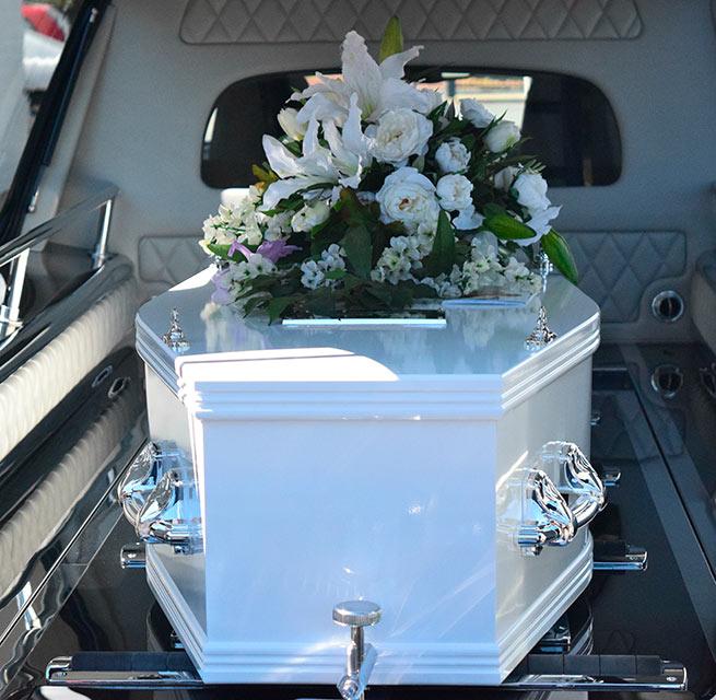 Ataud en coche funebre